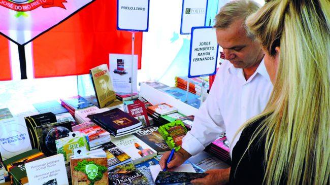 Associado aposentado dedica-se à literatura
