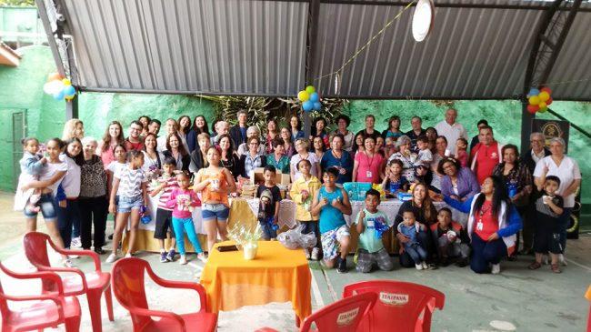 Aposentados visitam Lar das Crianças em excursão a Petrópolis