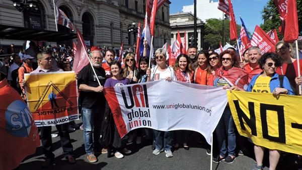 Marcha abre Jornada Continental pela Democracia e contra o Neoliberalismo, em Montevidéu