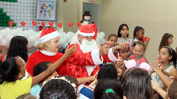 ONG entrega kits de Natal em todas as suas unidades