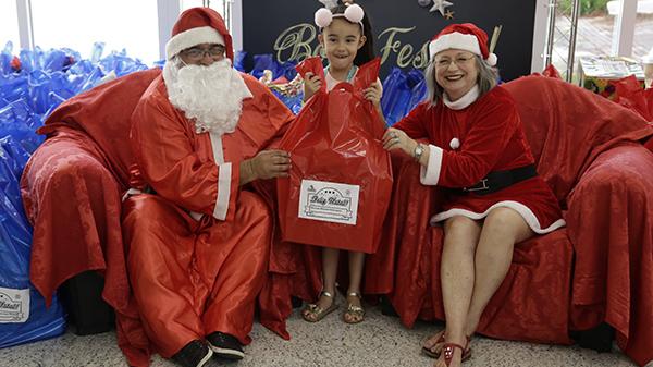 Crianças da ONG Moradia e Cidadania recebem Papai Noel no clube