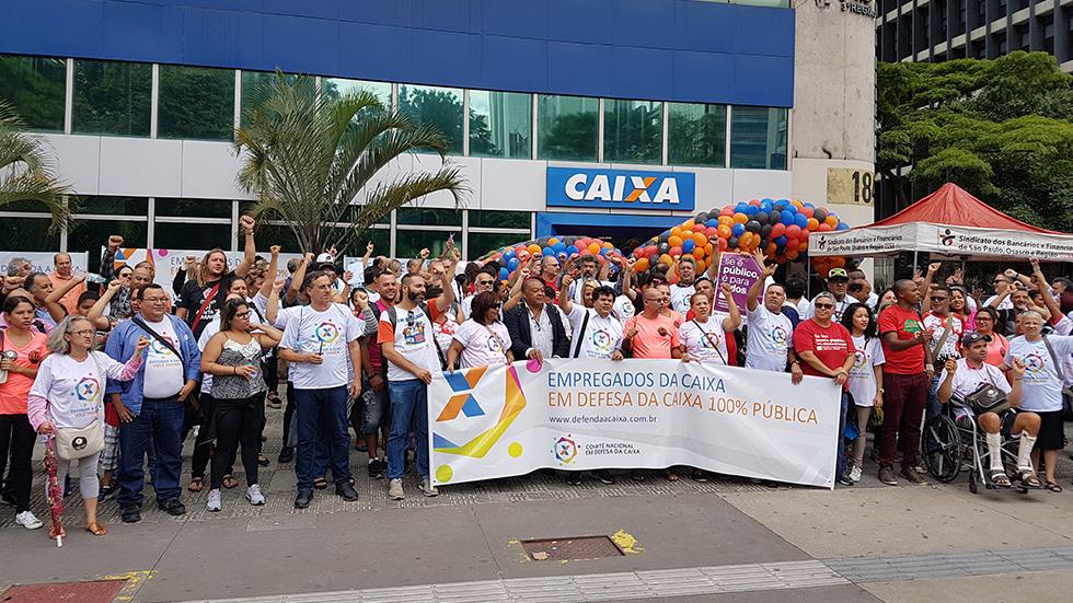 Ato na Paulista marca aniversário e defesa da Caixa, em São Paulo
