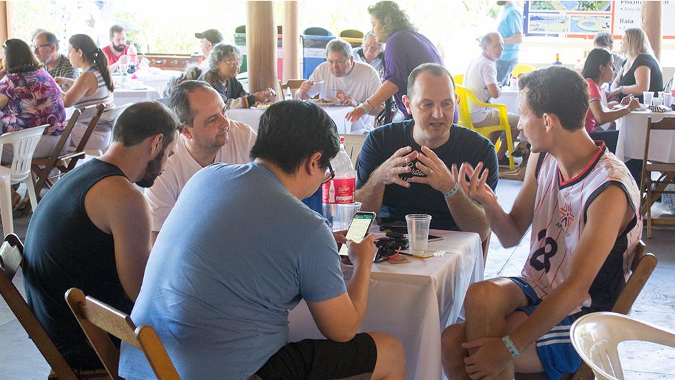 Associados de Bauru aproveitam o sábado no clube do interior