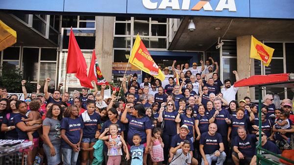 Representantes da Fenae e das Apcefs protestam contra fatiamento da Caixa durante ato em Natal