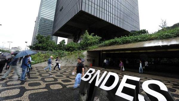 BNDES convence trabalhadores a abrir mão de direitos para compensar deficit