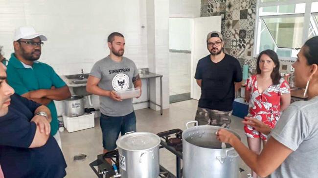 Associados participam de primeira aula do curso de cerveja