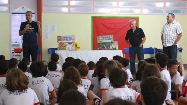 Escola pública de Brasília recebe livros do Eu Faço Cultura