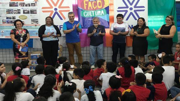 Escola de Manaus recebe 250 livros