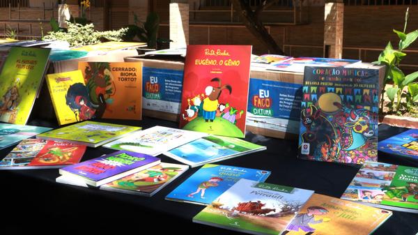 Escola de Planaltina ganha acervo e projeto atinge a marca de 2 mil livros doados no DF