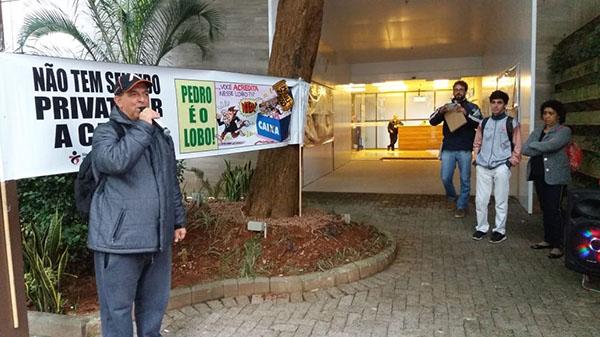 Empregados protestam contra reestruturação em frente a Gipes/SP