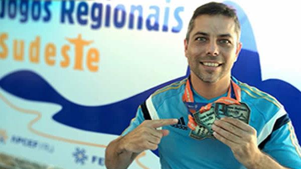 """Alan """"Maluco"""" combina o trabalho na Caixa com atividades no esporte, cultura e social"""