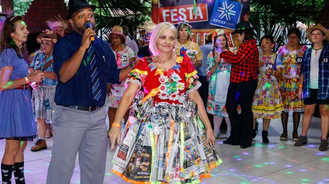 Miss Caipirinha 2019 mostra dedicação na confecção de vestido