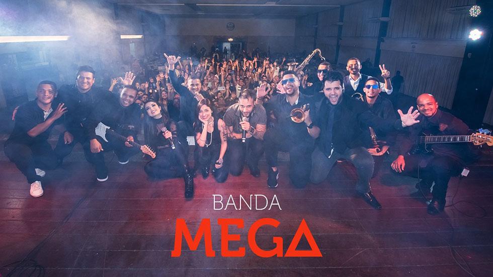 Banda Mega e personal dancers agitam a festa dos aposentados