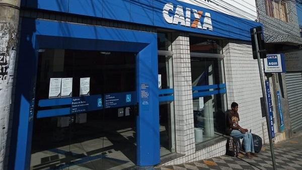 Feriado tem agências da Caixa abertas, lotéricas fechadas e pouco movimento no banco