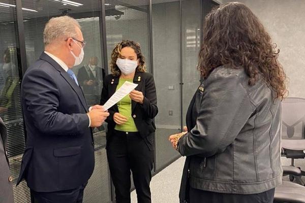 Ministro da Saúde recebe pedido de prioridade de vacinação para bancários